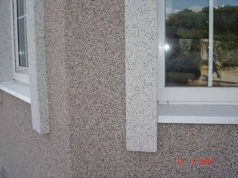 окна и камешковая штукатурка