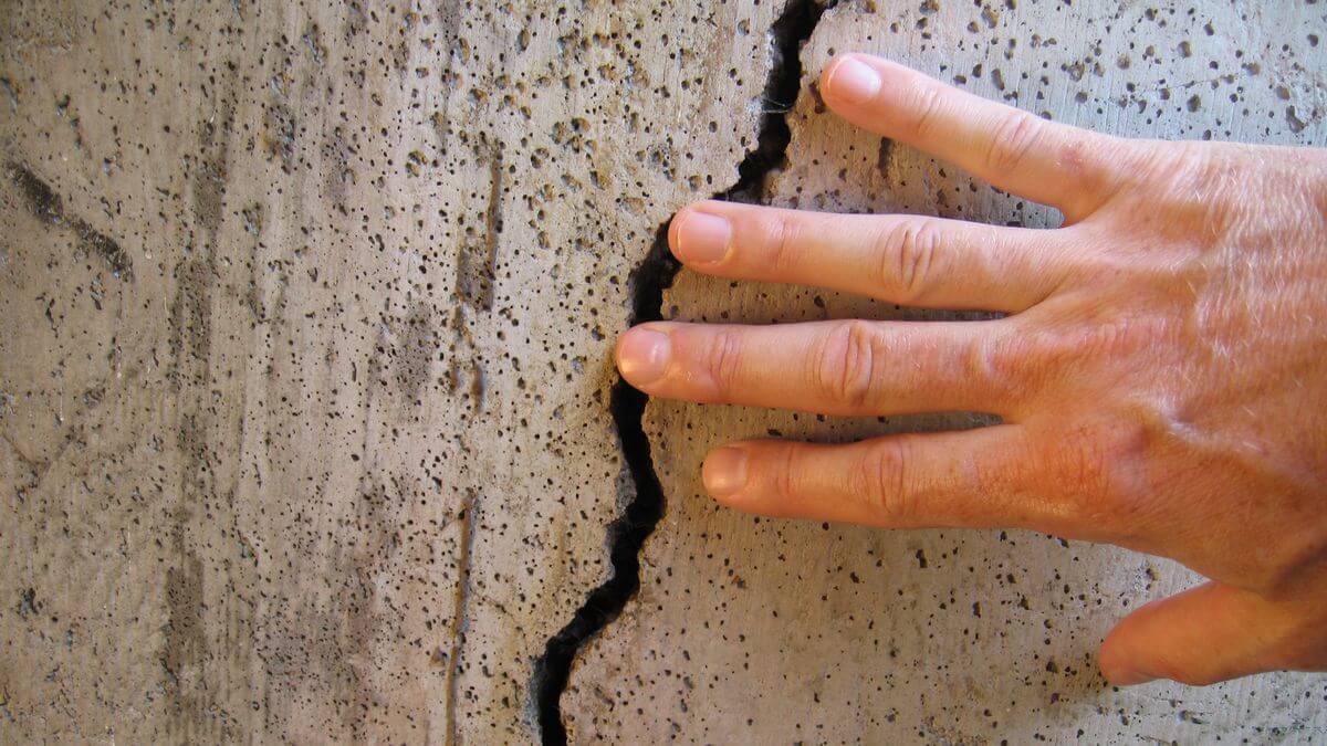заделка трещин в стене
